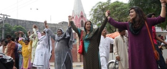 n-MUSLIMS-AND-CHRISTIANS-HUMAN-CHAIN-large570